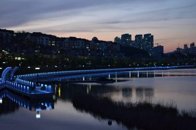 Foto ini diambil saat menikmati senja di danau Weonchon kota Suwon.