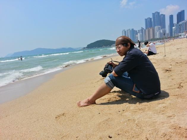 Menikmati siang di pantai Heundae Busan.
